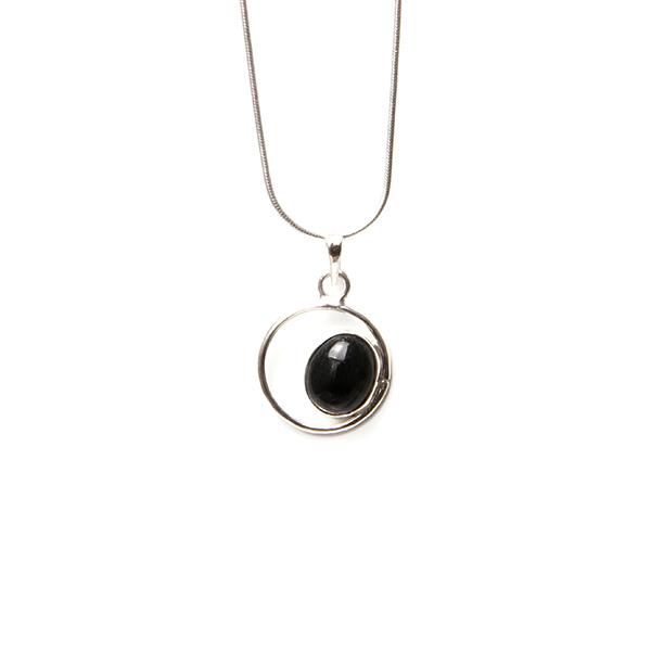 Simbolica zwart oog van jade en zilver
