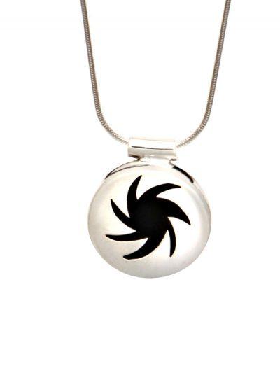 Simbolica hanger energie symbool met zilveren ketting